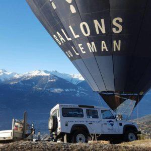 Photo d'une montgolfière devant un voiture 4x4