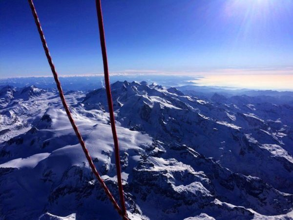 Photo des montagnes alpines depuis la nacelle d'une montgolfière l'hiver