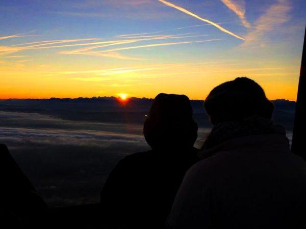 Couché de soleil sur les alpes depuis la nacelle d'une Montgolfière Ballons du Léman