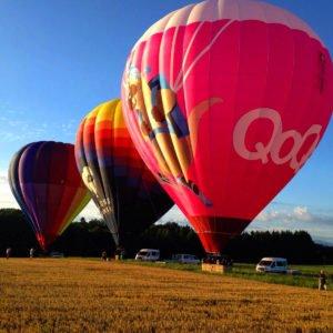 Photo de la préparation de trois montgolfières Ballons du Léman avant le décollage