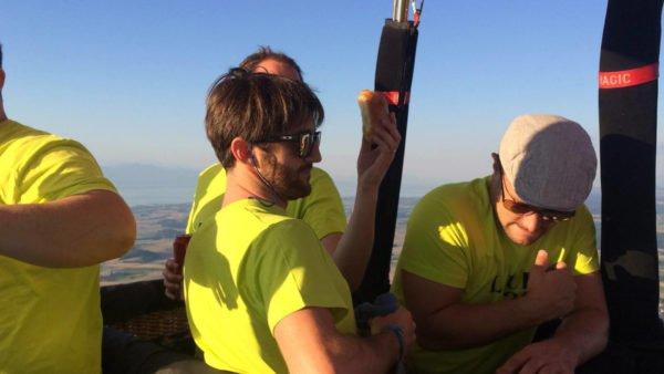 Photo des collaborateurs d'une entreprise dans la nacelle d'une montgolfière Ballons du Léman