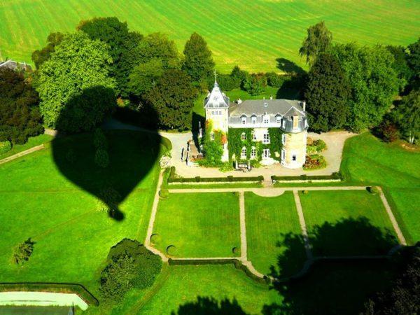 Photo d'un château depuis la nacelle d'une montgolfière Ballons du Léman