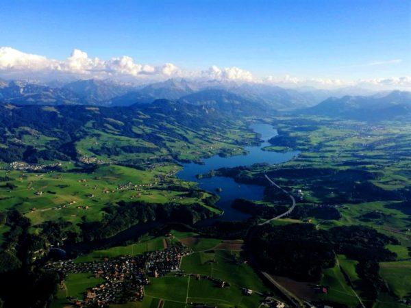 Photo des environs de Fribourg prise depuis la nacelle d'une montgolfière