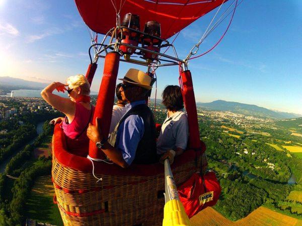 Photo de 4 personnes prise dans la nacelle d'une montgolfière Ballons du Léman