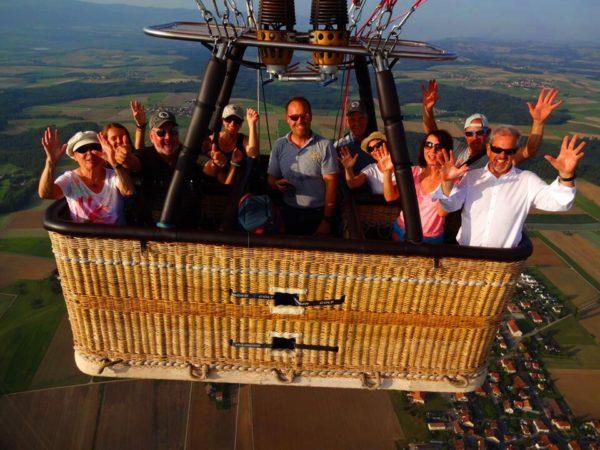 Équipage d'une montgolfière Ballon du léman en plein vol