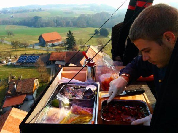 Repas gastronomique depuis la nacelle d'une montgolfière Ballons du Léman